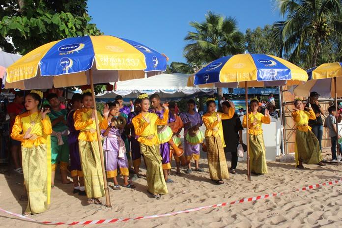 การแสดงรำไทยจากนักเรียนในสังกัดเมืองพัทยา