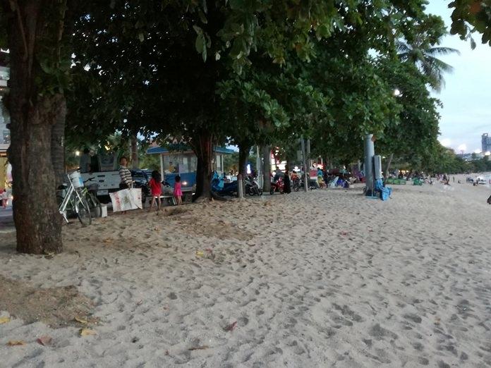 ชายหาดพัทยาไม่มีร่มเตียงล่ามไว้ที่ต้นมะพร้าวเช่นเคย