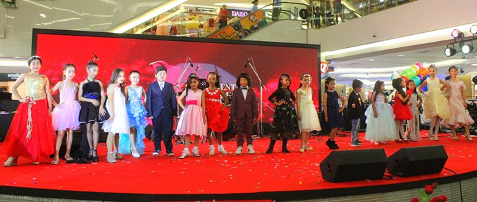 การเดินแบบโชว์ในรุ่นเยาวชน DVK Star Talent Academy