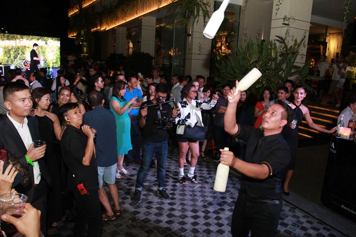 การแสดงบาร์เทนเดอร์ จากผู้เข้าประกวดรายการ ไทยแลนด์ก็อตทาเลนต์