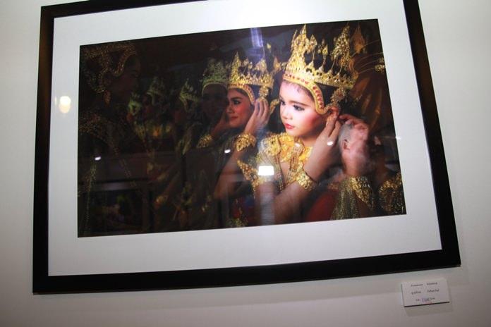 ภาพถ่ายจาก ปูรณ์ภัสสร  กิจจินดารักษ์  ราคาประมูล 10,000 บ. เป็นภาพถ่าย 3 มิติ เด็กผุ้หญิงในชุดไทยสีทองตระการตา