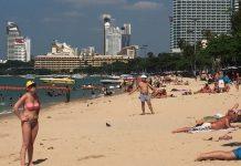 บรรยากาศการท่องเที่ยวชายหาดพัทยากลาง มีนักท่องเที่ยว ไปพักผ่อนกันอย่างเนื่องแน่น