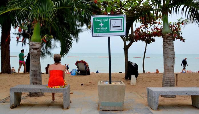 ตามแนวฟุตบาทหาดดงตาลได้กำหนดจุดสูบบุหรี่ให้กับนักท่องเที่ยว