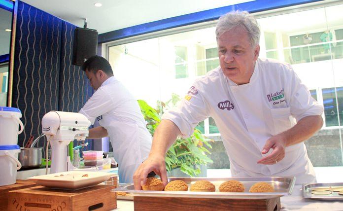 สำหรับผู้ที่สนใจลิ้มลองขนมหวานมากมาย ที่ผลิตใหม่สดวันต่อวัน ที่  BAKELS โรงแรม เซ็นทารา แกรนด์  พระตำหนัก พัทยา