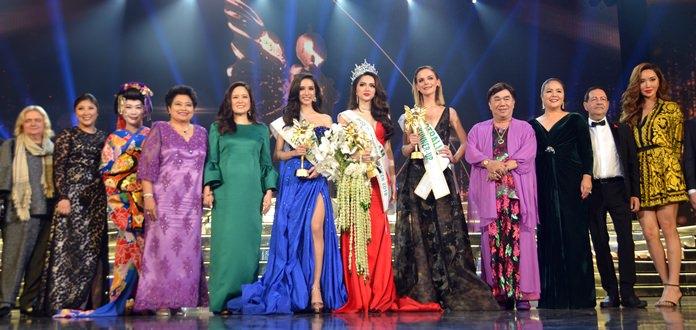 คุณอลิสา พันธุศักดิ์ กรรมการผู้จัดการ บริษัท ทิฟฟานี่โชว์พัทยา จำกัด พร้อมด้วยคณะกรรมตัดสิน และ สาวงามผู้คว้าตำแหน่ง Miss International queen Nguyen Huong Giang หมายเลข 28 จากประเทศ Vietnam  และรองอันดับ 1 Jacqueline from Australia  และ รองอัน 2 Rinrada Thurapan จากประเทศไทย