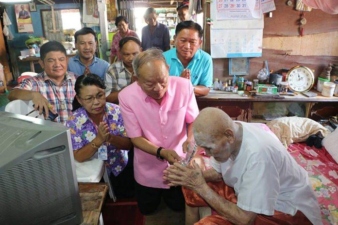ดร.มาย ไชยนิตย์ นายกเทศมนตรีเมืองหนองปรือ พร้อมด้วยคณะผู้บริหารเทศบาลฯ  เดินทางมามอบโล่เชิดชูเกียรติ ให้กับ ปู่เงิน เปรมเดชา ที่มีอายุ 101 ปี สร้างความตระหนักให้ทุกคนคำนึงถึงการดูแลสุขภาพที่ดี