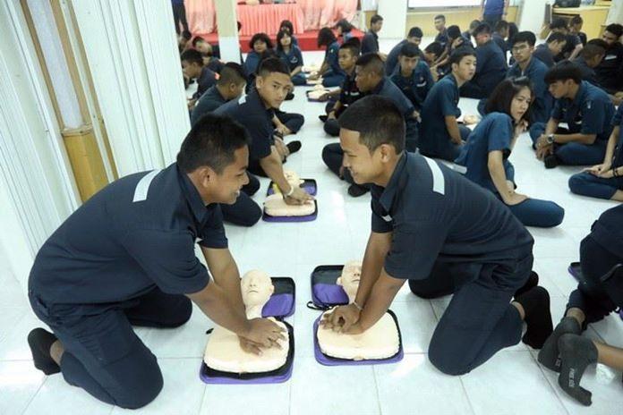 ทีม iRescue รพ.กรุงเทพพัทยา   ทำการฝึกอบรมปฏิบัติการช่วยฟื้นคืนชีพ (CPR) และการใช้เครื่อง AED แก่นักศึกษาวิทยาลัยเทคนิคสัตหีบ