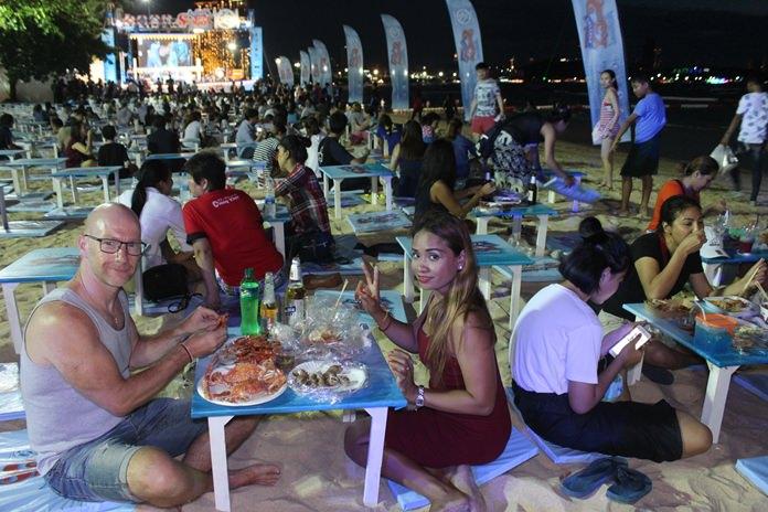 บรรยากาศนักท่องเที่ยวหลั่งไหลรับประทานอาหารทะเลสดๆชายหาดพัทยาตั้งแต่ช่วงซอย 2 -6