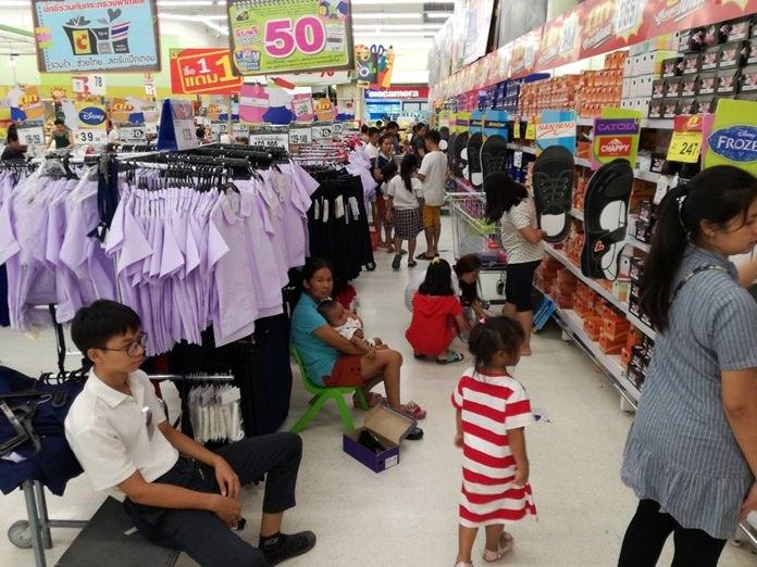 บรรดาผู้ปกครองต่างพาบุตรหลานมาเลือกซื้อเสื้อผ้านักเรียนตามห้างสรรพสินค้าต่างๆ ก่อนที่จะเปิดภาคเรียนกลางเดือน พ.ค.นี้