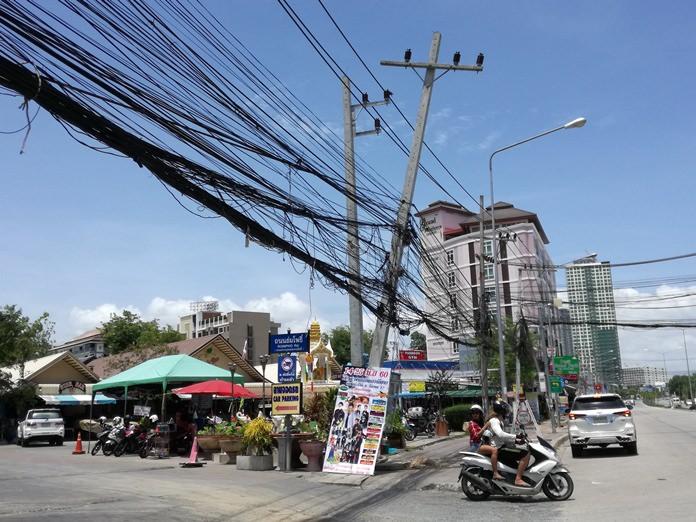 ชาวบ้านร้องเรียนเสาไฟฟ้าเอียงระเนระนาดหน้าตลาดร่มโพธิ์
