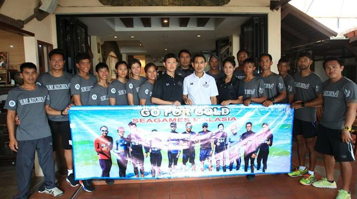 นายพัฒนา บุญสวัสดิ์ เลขาธิการสมาคมวินด์เซิร์ฟแห่งประเทศไทย นำนักกีฬาวินด์เซิร์ฟไทยแถลงข่าว พร้อมสู้ศึกในการแข่งขันรายการอาร์เอสวัน ชิงแชมป์โลก ณ ประเทศเวียดนาม