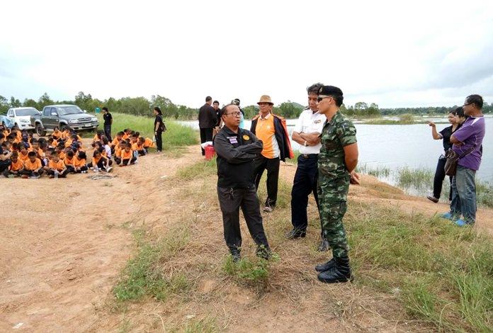 นายนิยม บุตรโคษา ประมงอำเภอบางละมุง เป็นประธานปล่อยพันธุ์ปลาจำนวน 350,000 ตัว เฉลิมพระเกียรติสมเด็จพระนางเจ้าฯ พระบรมราชินีนาถ เนื่องในโอกาสมหามงคลเฉลิมพระชนมพรรษา 85 พรรษา 12 สิงหาคม 2560