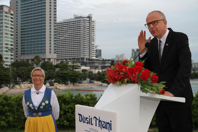(จากซ้ายไปขวา) Mis.Karin  Herrstrom ภริยา MR.Staffan  Herrstrom เอกอัครราชทูตสวีเดน ประจำประเทศไทย ที่พัทยา