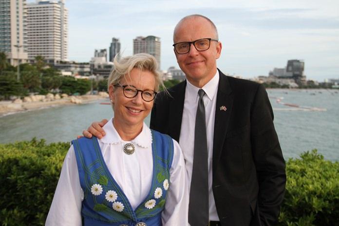 (จากซ้ายไปขวา) Mis.Karin  Herrstrom  ภริยา MR.Staffan  Herrstrom   เอกอัครราชทูตสวีเดน ประจำประเทศไทยที่ พัทยา