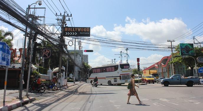 ถนนเส้นพัทยาเหนือเดิมที่ก่อนปรับภูมิทัศน์ที่มีสายไฟรุงรัง