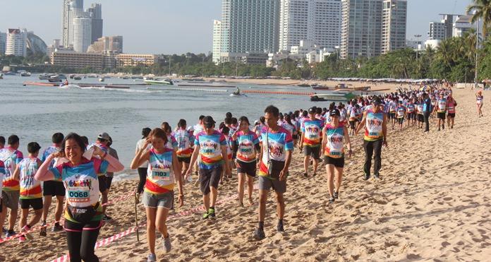 """นักวิ่งกว่า 1,600 คนเข้าร่วมงาน """"เดิน–วิ่ง การกุศล YWCA 2017"""