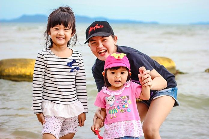 ครอบครัวพาเด็กๆมาเล่นน้ำทะเลในวันหยุด