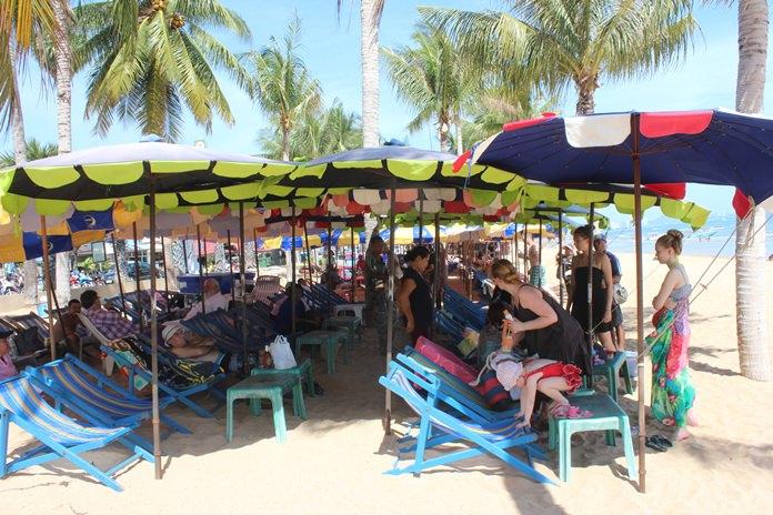 นักท่องเที่ยวชาวไทยและต่างชาติพาครอบครัวมาพักผ่อน ในส่วนของชายหาด และร่มเตียงส่งผลให้บรรยากาศการท่องเที่ยวเป็นด้วยความคึกคัก ส่งผลให้มีรายได้กระจายสู่ท้องถิ่น