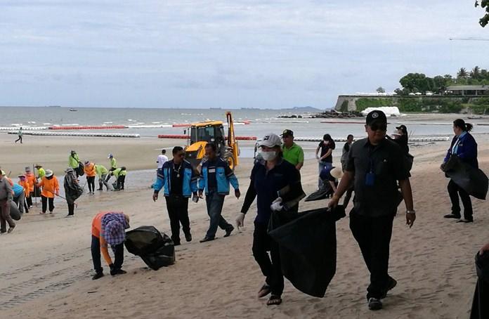 เมืองพัทยาและประชาชน ร่วมกันทำความสะอาดชายหาดพัทยา