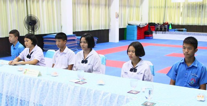 นักเรียนเข้าร่วมรับฟัง