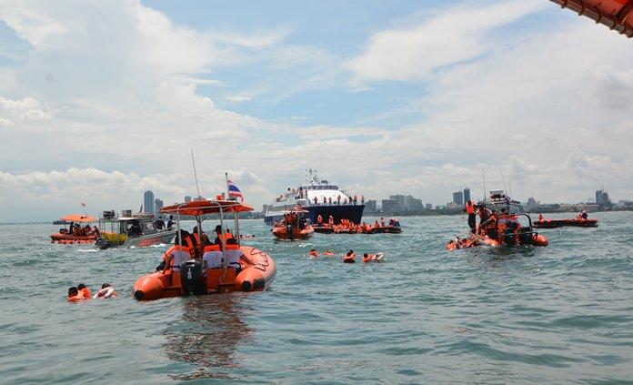 การช่วยเหลือผู้โดยสารที่ลอยคอในเสื้อชูชีพ และผู้โดยสารบนเรือแพยาง กลางทะเล