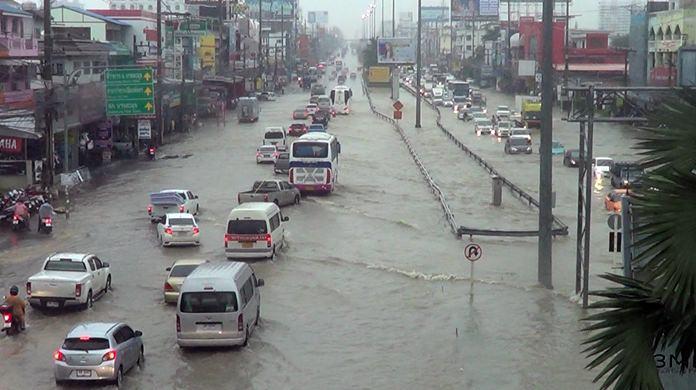 สภาพน้ำรอการระบายบริเวณถนนสุขุมวิทช่วงพัทยากลาง