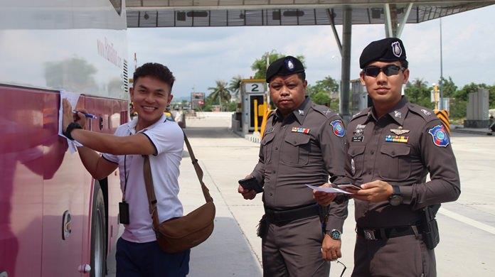 ตำรวจท่องเที่ยวเมืองพัทยาร่วมกับตำรวจทางหลวง ตั้งจุดสกัดตรวจยานพาหนะรับ-ส่งนักท่องเที่ยว ตามนโยบายปราบไกด์เถื่อน และกวดขันวินัยจราจร