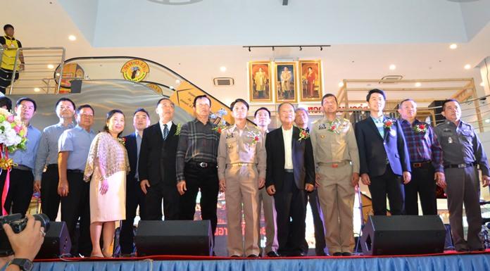 ผู้บริหารโชคชัยกรุ๊ป- The Chilled plaza ถ่ายภาพร่วมกับผู้ว่าราชการจังหวัด และ ข้าราชการชั้นผู้ในพื้นที่ในการเปิด The chilled plaza Soi Kaow Noi อย่างเป็นทางการ