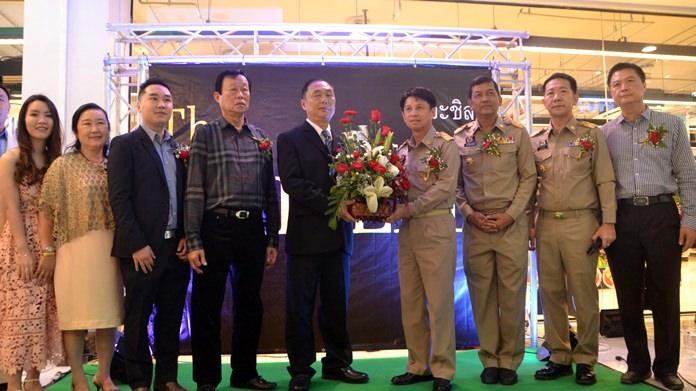 Pakkaratorn Teainchai, Governor of Chonburi , พร้อมด้วยข้าราชการชั้นผู้ใหญ่เข้าแสดงความยินดีให้กับผู้บริหาร The Chilled Plaza และครอบครัว โล่ชัยสกุล