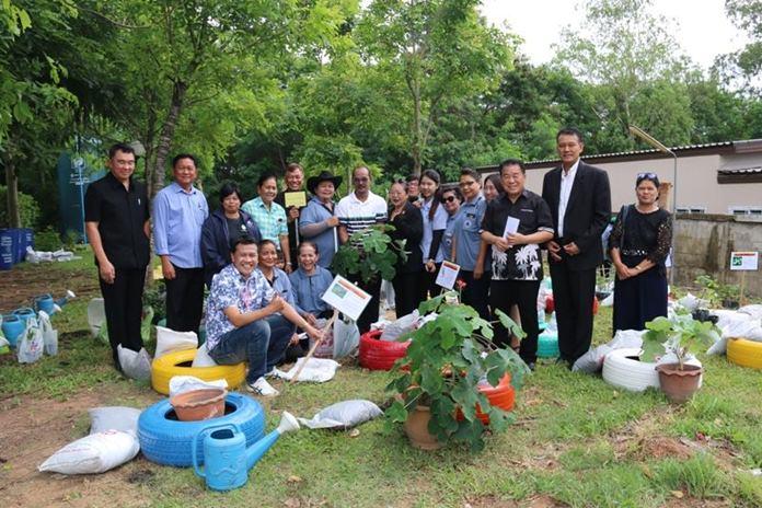 นายสุวัจ รชตวัฒนกุล รองนายกเทศมนตรีเมืองหนองปรือ นำสมาชิกสภาเทศบาล  ประชาชนในเขตเทศบาลเมืองหนองปรือ ร่วมกันปลูกพืชสมุนไพรไทย ตามโครงการฯ