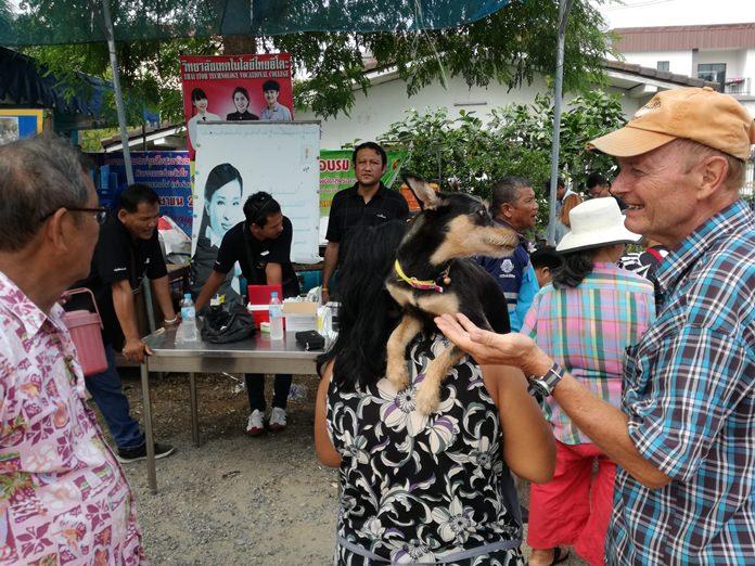 ประชาชนชาวไทยและชาวต่างชาติที่อยู่ในละแวกชุมชนซอยกอไผ่ นำสุนัขและแมวมา ทำหมัน-ฉีดวัคซีน กันอย่างต่อเนื่อง