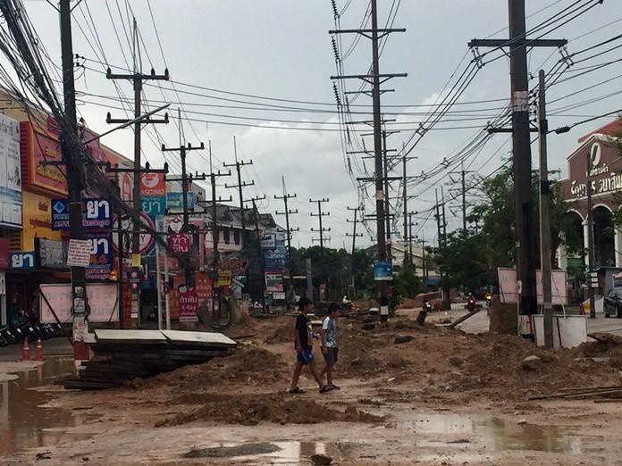 ฝนกระหน่ำเมืองพัทยาและพื้นที่ใกล้เคียง ทำน้ำท่วมขัง ซอยสนามกอล์ฟสยามคันทรีคลับไม่รอด ทำชาวบ้านเดือดร้อน