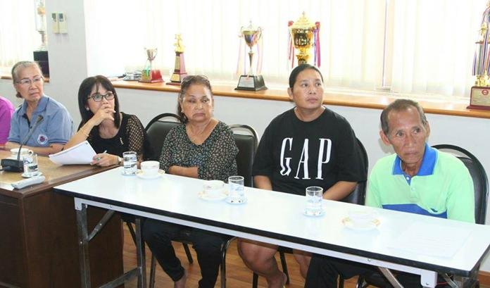 ประชาชนชาวชุมชนวัดช่องลม เข้าร่วมประชุมร้องขอความเห้นใจ และรับฟังแนวทางการแก้ไขปัญหาสิ่งปลูกสร้างที่รุกล้ำคลองสาธารณะคลองนาเกลือ บริเวณชุมชนหลังวัดช่องลม (คลองนกยาง)