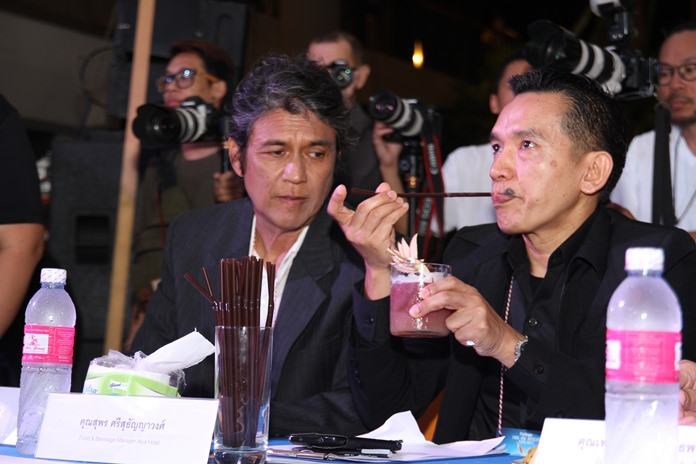 (จากซ้ายไปขวา) นายไพโรจน์  สังวริบุตร ดารานักแสดงชื่อดัง  นายสุพร  ศรีธัญญาวงศ์  ผู้จัดการฝ่ายอาหารและเครื่องดื่มโรงแรมเอเชีย กำลังชิมเครื่องดื่มในการพิจารณาตัดสินผู้เข้าแข่งขัน