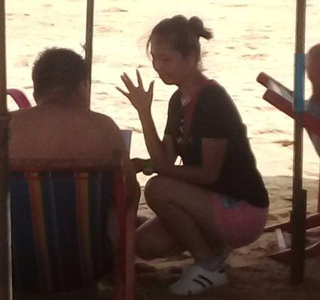กลุ่มเรี่ยไรเงินนักท่องเที่ยว บริเวณชายหาดจอมเทียน สร้างความเดือดร้อนรำคาญแก่นักท่องเที่ยว