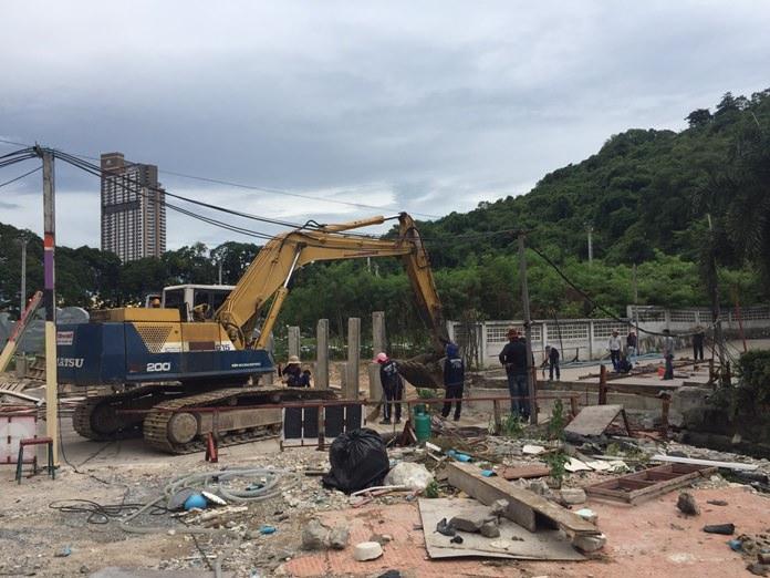 โครงการจัดระเบียบรื้อสิ่งปลูกสร้างรุกล้ำลำคลองพัทยาใต้ ได้ รื้อสะพานบาลีอายพลาซ่าเสร็จแล้ว 100%