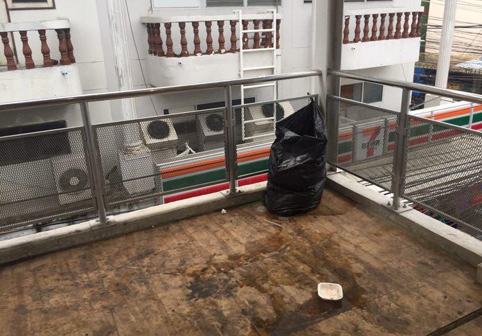 น้ำขยะทะลักถุงดำโผล่ประจานความไม่ใส่ใจบนสะพานลอยคนข้ามโครงการอุโมงค์ลอดทางแยกพัทยากลาง ทั้งที่ รัฐมนตรีว่าการกระทรวงคมนาคม จะเดินทางมาเปิดใช้อย่างเป็นทางการ ในวันที่ 25 ส.ค.นี้
