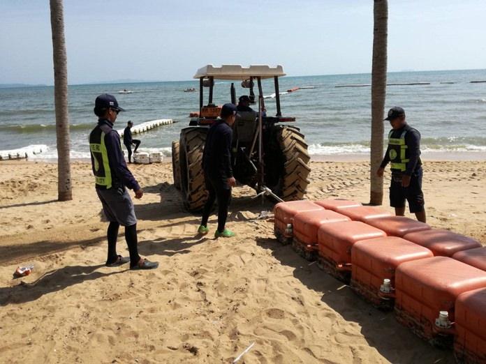 เจ้าหน้าที่กู้ภัยทางทะเลเมืองพัทยา เร่งซ่อมแซมทุ่นแนวเขตเล่นน้ำชายหาดจอมเทียน