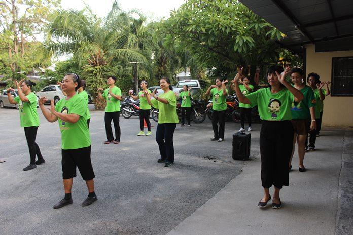 เหล่าอาสาสมัครในเมืองพัทยา ร่วมกันออกกำลังกายด้วยบาสโลป เพื่อสุขภาพ