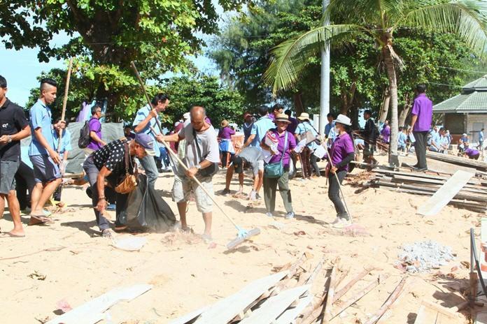 ภาครัฐและพลังมวลชนร่วมใจกันทำความสะอาดชายหาดจอมเทียน