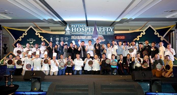 """นายวิทยา คุณปลื้ม นายกองค์การบริหารส่วนจังหวัดชลบุรี ได้รับเกียรติเป็นประธานเปิดมหกรรมการแข่งขันสุดยอดฝีมือนักได้บริการด้านงานโรงแรม """"Pattaya Hospitality Challenge 2017"""" ภายใต้ธีม """"ตามรอยพ่อหลวง รัชกาลที่ 9 โดยมีการแข่งขันถึง 23 รายการ"""