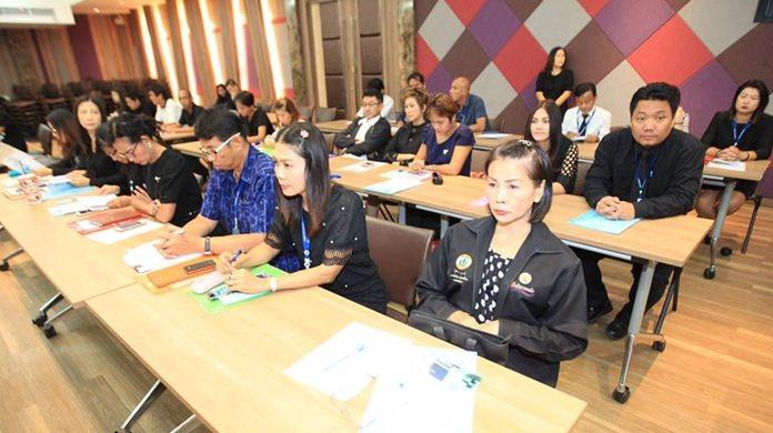 คณะผู้บริหาร หัวหน้าส่วนราชการ ครูในสังกัดโรงเรียนเมืองพัทยา และหน่วยงานที่เกี่ยวข้อง เข้าร่วมรับการอบรม กว่า 100 คน