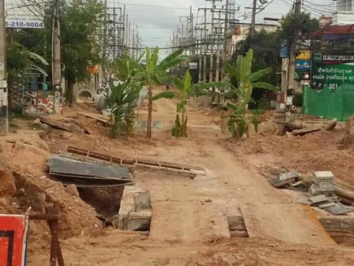 ชาวบ้านปลูกกล้วยประชดซ่อมถนน ทำท่อซอยสยามคันทรี่คลับพัทยานาน 3 ปี