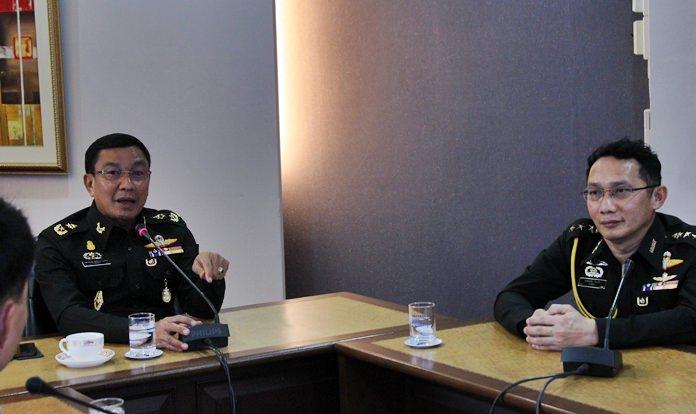 .(จากซ้ายไปขวา) พลตรี ภพอนันฒ์ เหลืองภานุวัฒน์ ที่ปรึกษามณฑลทหารบกที่ 14 พ.อ.ประเสริฐ ใจกล้า รองเสนาธิการมณฑลทหารบกที่ 1 เป็นประธานเปิดการประชุมหารือ พร้อมภาคส่วนเกี่ยวข้อง ผู้ประกอบการห้างร้าน โรงแรม ศูนย์การค้า ให้กำหนดจุดจอดรถโดยสาร ประจำในพื้นที่ของตนเอง ไม่ให้จอดแช่ทิ้งไว้บนทางสาธารณะ