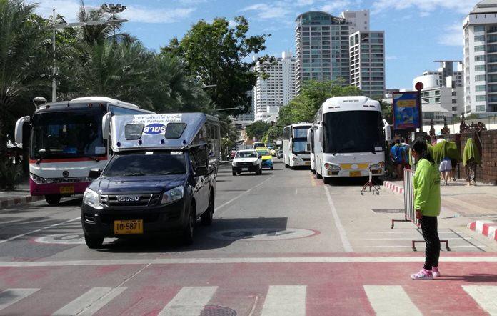 จุดจอดรถโดยสารสาธารณะ บริเวณถนนเรียบชายหาดพัทยา ซึ่งจากกการจัดระเบียบตลอดระยะเวลาที่ผ่านมามีทั้งผู้ที่ปฏิบัติตามกฎและฝ่าฝืน ที่ผ่านมาเมืองพัทยาสามารถจับกุมผู้กระทำผิดได้ 691 คัน