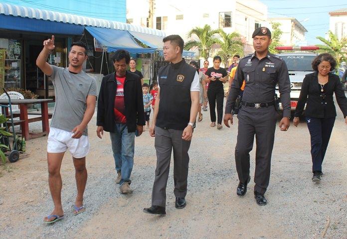 นายวิรัตน์  จ้อยจินดา ประธานชุมชนซอยกอไผ่  พร้อม สุดสาคร  ส.กลิ่นมี นักมวยไทยไฟต์ชื่อดัง และคณะกรรมการชุมชนฯคอยให้การต้อนรับคณะ รอง ผกก.ป.สภ.เมืองพัทยา  และพาเยี่ยมชมการบริหารจัดการงานด้านกีฬาในชุมชนซอยก่อไผ่