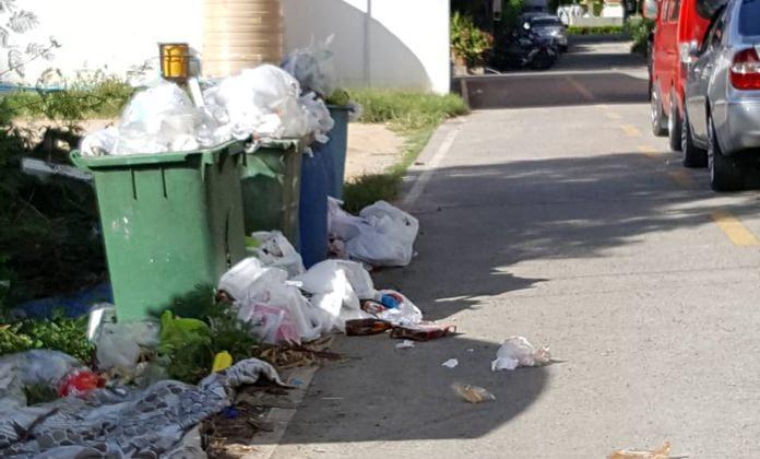การทิ้งขยะโดยไม่คัดแยก ส่งผลให้ขยะเอ่อล้นตามภาพที่ชาวบ้านส่งร้องเรียน   บริเวณตรงข้ามหมู่บ้านวันเดอร์แลนด์