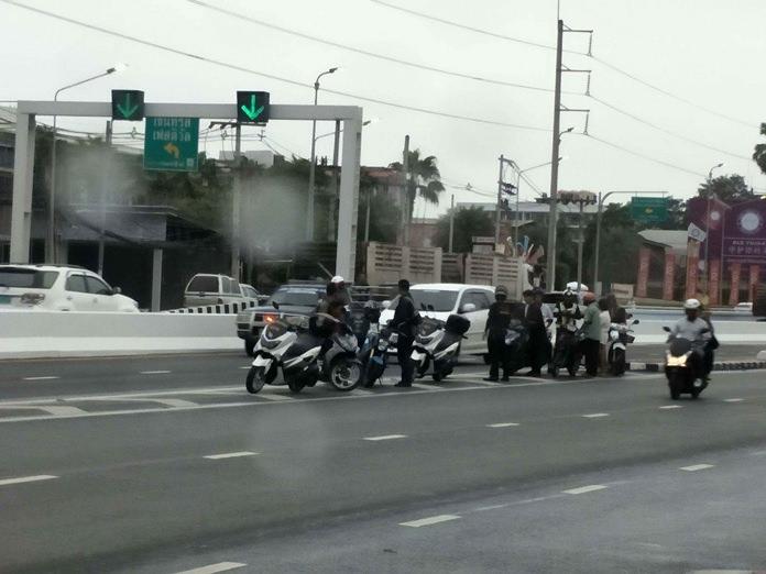 เจ้าหน้าที่ตำรวจจราจรตั้งด่านห้ามรถบรรทุกวัตถุอันตราย จักรยานยนต์ รถจักรยาน รถเข็น รถสามล้อ เข้า อุโมงค์ข้ามแยกพัทยากลาง