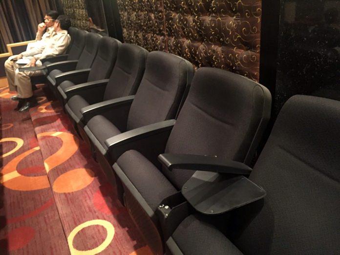 เก้าอี้-โต๊ะพับเก็บอเนกประสงค์ ของผู้มาร่วมประชุมสภาเมืองพัทยาได้รับความเสียหายเพียบ เหตุใช้งานมากแต่ไม่มีคนดูแล