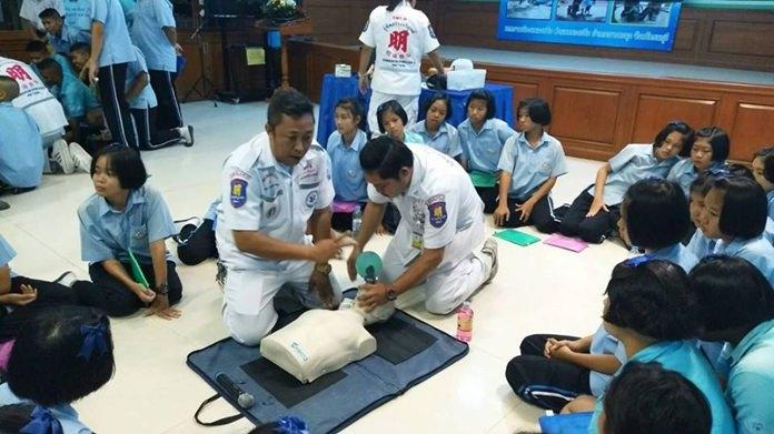 วิทยากรผู้ชำนาญการจากมูลนิธิสว่างบริบูรณ์ พัทยา มาให้ความรู้ในเรื่อง การปฐมพยาบาลเบื้องต้น แก่ นักเรียน โรงเรียนวัดสุทธาวาส จำนวน 135 คน ที่เข้าร่วมอบรม